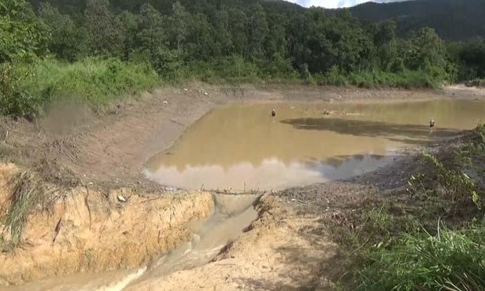 """""""อ่างเก็บน้ำเก๊าเปา"""" แตก! มวลน้ำทะลักท่วมหลายร้อยหลังคาเรือน"""
