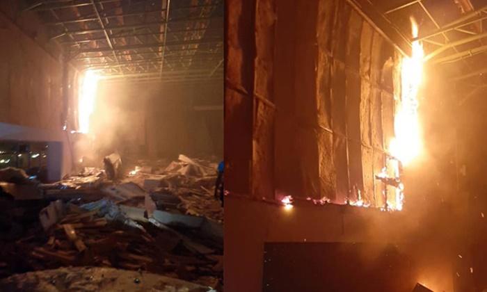 ไฟไหม้กลางดึก ยอดตึกอาคารชั้น 12 ในรั้ววิทยาลัยย่านพระโขนง