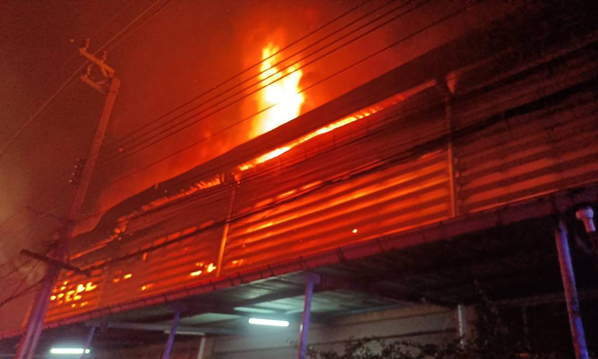 #ไฟไหม้กิ่งแก้ว เพลิงไหม้โรงงานรองเท้า ซอยกิ่งแก้ว 9/1 ล่าสุด คุมเพลิงได้แล้ว