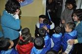 ภาพเหล่านี้สะท้อนให้เห็นว่า นายคิม จอง อิล เป็นที่ชื่นชอบและรักใคร่ของประชาชนของเกาหลีเหนือมากเพียงใด โดยสังเกตได้ว่าประชาชนได้โอบกอด และมีความชื่นชมในตัวผู้นำประเทศที่อายุน้อยที่สุดในโลกรายนี้เป็นอย่างมาก