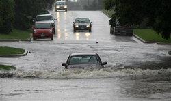 6 เรื่องไม่ควรทำ เมื่อขับลุยน้ำท่วม