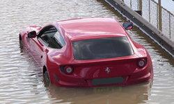 น่าสงสาร! Ferrari FF ค่าตัวกว่า 32 ล้านบาท ถูกน้ำท่วมเกือบมิดคัน ณ กรุงลอนดอน