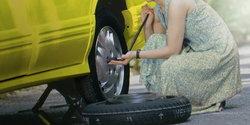 เปลี่ยนยาง ขณะรถยางแตก ผู้หญิงก็ทำได้