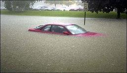 เหยื่อน้ำท่วมสบายใจได้ ค่ายรถแห่อุ้มซ่อมฟรี