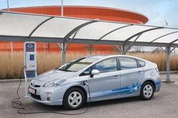 Toyota Prius Plug-in hybrid  เริ่มทดสอบแล้วที่ปารีส