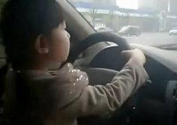 ขับรถเรื่องง่ายๆ แม้แต่เด็กก็ทำได้ ...แต่อันตรายไหมนี่