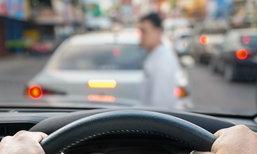 จอดรถติดไฟแดงควรใส่เกียร์ P หรือ N กันแน่?