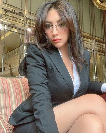 แพ้ทางสาวแว่น! Angela Lorenza นางฟ้าบิ๊กไบค์หุ่นแซ่บในคราบสาวออฟฟิศ