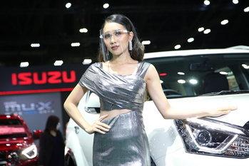 มอเตอร์โชว์ 2020 : พริตตี้ Isuzu ยิ้มละลายทุกองศา (ภาพ)