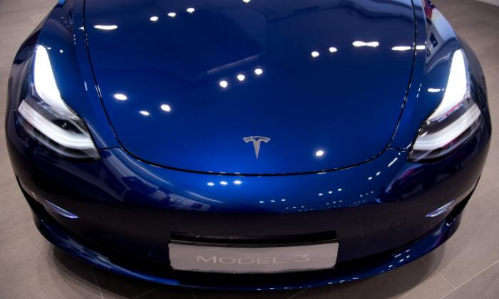 Tesla Model 3 ไฟไหม้ เหตุจากชนรถบรรทุกในรัสเซีย