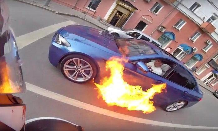 เป็นไปได้ไง? BMW M5 เกิดไฟลุกไหม้เองขณะจอดติดไฟแดง