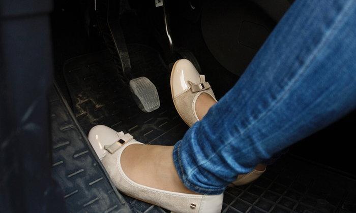 ขับรถเกียร์ออโต้ควรใช้เท้าข้างเดียว หรือสองข้าง?