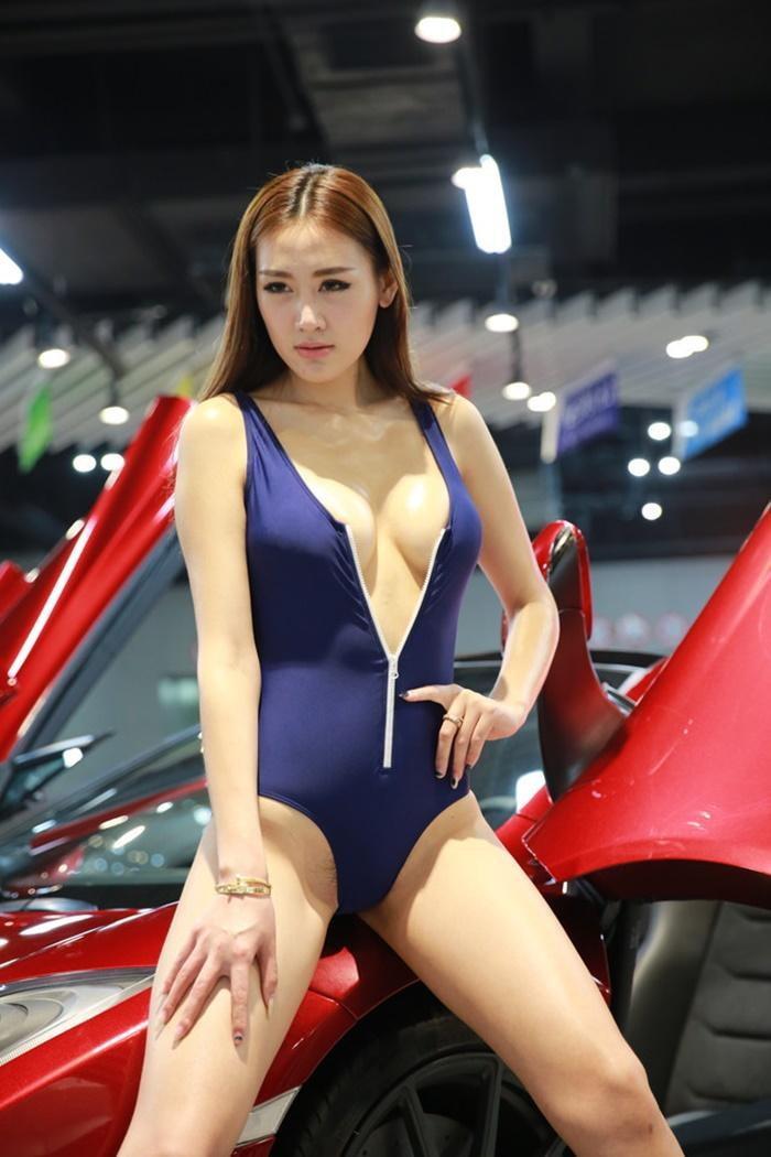 แรงเว่อร์! พริตตี้จีนกล้าใส่ชุดแหวกขนาดนี้เลย