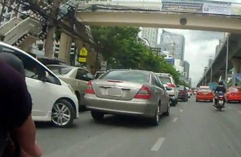 คลิปเด็ด! แฉสาเหตุทำรถติดหนักบนถนนสาทร