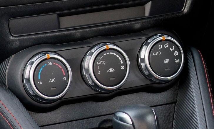 เทคนิคปรับแอร์ช่วงหน้าฝน ช่วยป้องกันกลิ่นอับภายในรถ..!