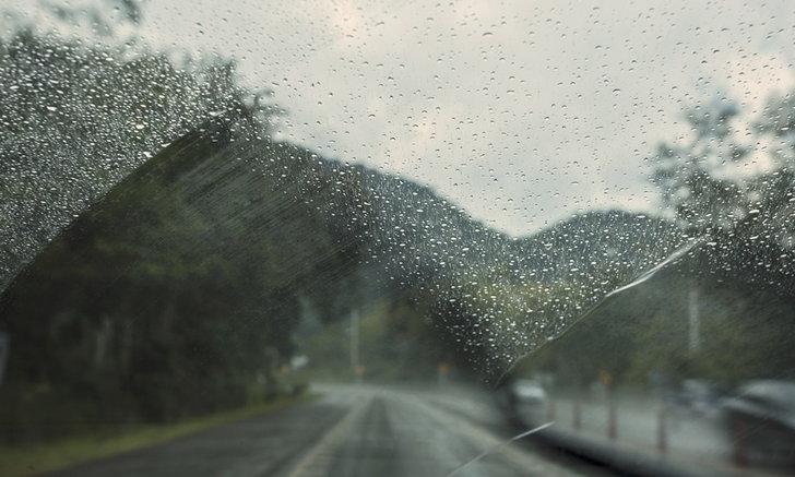 เทคนิคขับรถผ่าน 'น้ำท่วม-ดินถล่ม' ทำอย่างไรบ้างจึงจะปลอดภัย?