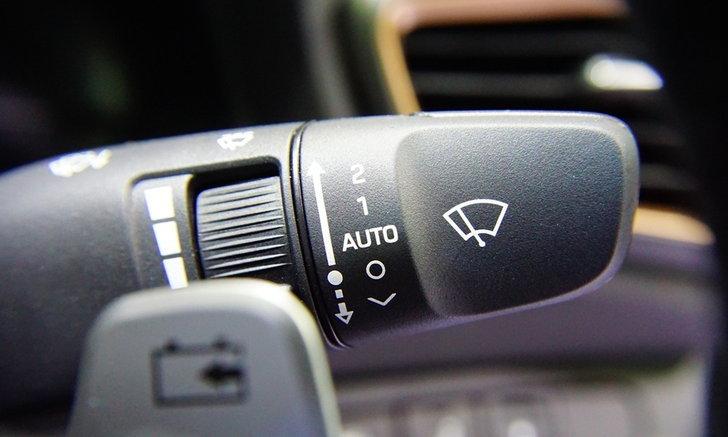 4 อ็อพชั่นในรถที่เหมาะสำหรับเปิดใช้ในวันฝนตก
