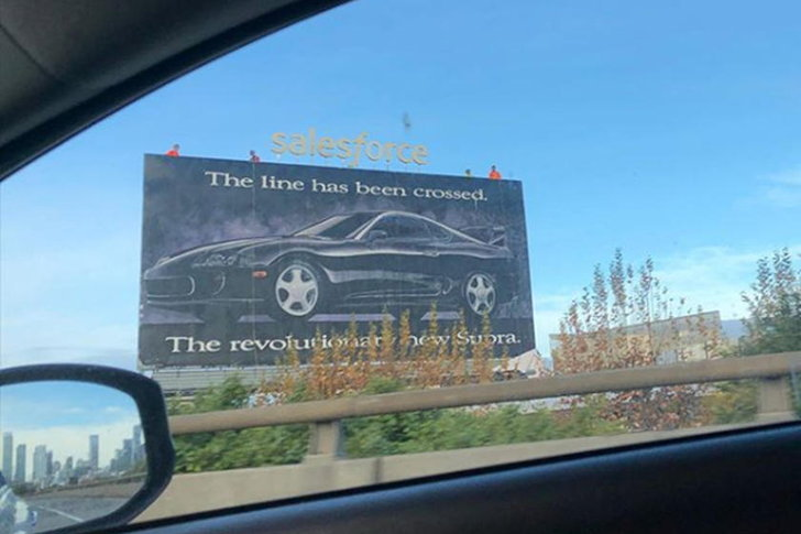 มาได้ไง? ป้ายโฆษณาปรากฏภาพ Toyota Supra ปี 1993 สูงเด่นที่สหรัฐอเมริกา