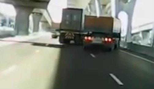 คลิปใหญ่ฟัดใหญ่! รถบรรทุก 3 คันไล่บี้ซิ่งเบียดบนถนนบางนา-ตราด