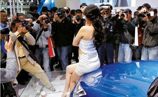 หนุ่มๆเซ็ง! เซี่ยงไฮ้ ออโต้โชว์ แบนพริตตี้เซ็กซี่ เคือง...คนไม่สนใจรถ