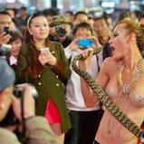 พริตตี้จีนเปลื้องผ้าเล่นกับ 'งู'