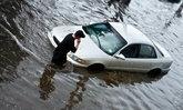 """ขับรถลุยน้ำ """"ห้ามเร่งเครื่องยนต์"""" เด็ดขาดนะรู้ยัง?"""