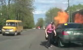 ระทึก! รถเก๋งไฟลุกกลางถนน เพราะคนขับจุดบุหรี่สูบ