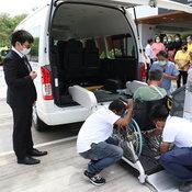 ส่งมอบ Toyota Commuter ติดตั้งอุปกรณ์เสริมลิฟท์ยกรถเข็นสู่ศูนย์พัฒนาศักยภาพผู้สูงอายุ
