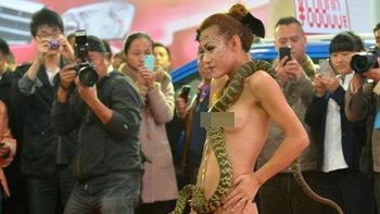 พริตตี้จีนใจถึง ลงทุนเปลื้องผ้าเล่นกับ 'งู'