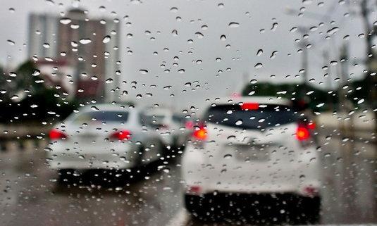 """6 เหตุผลว่าทำไมฝนตกจึงทำให้ """"รถติด"""""""
