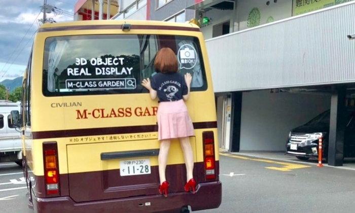 """ผิดกฎจราจรหรือไม่? เมื่อภาพ """"ผู้หญิงเกาะหลังรถ"""" กลายเป็นดราม่าในโซเชียลญี่ปุ่น"""
