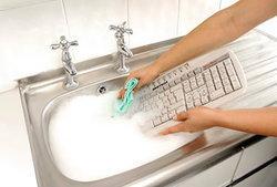 """ผลวิจัยชี้ """"คีย์บอร์ด"""" """"โทรศัพท์มือถือ"""" สกปรกกว่าห้องน้ำ!!!"""