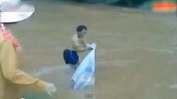 ยถากรรมเด็กเวียดนาม คุดคู้ในถุงพลาสติกลอยข้ามน้ำไปเรียนหนังสือ