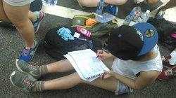 """สุดทึ่ง! นศ.ฮ่องกง ไม่ยอมเสียการเรียน""""นั่งทำการบ้าน""""ขณะ""""ประท้วง""""จีนแผ่นดินใหญ่ (ชมภาพ)"""