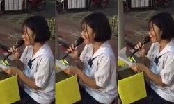 น่าชื่นชม! เด็กนักเรียนเปิดหมวกร้องเพลงหาทุนการศึกษา