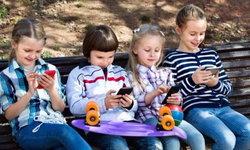 """เปิดผลวิจัยใหม่ """"สมาร์ทโฟน"""" มีส่วนทำให้เด็กติดเหากันมากขึ้น!"""