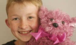 """""""ตุ๊กตาหมีเพื่อต่อสู้มะเร็ง"""" โครงการส่งต่อความสุขจากแคมป์เบลล์เด็กชายวัย 13 ปี"""