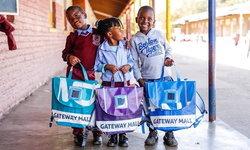 """""""กระเป๋าแผงโซล่าเซล"""" กระเป๋านักเรียนให้พลังงานได้ของนักเรียนแอฟริกาใต้"""