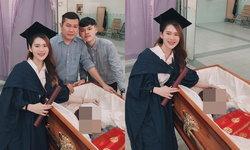 บัณฑิตสาว ถ่ายรูปวันเรียนจบกับครอบครัว พร้อมหน้าที่โลงศพของแม่