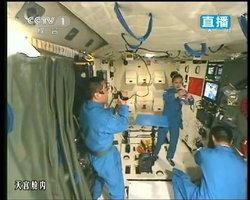 """นักบินอวกาศจีน เปิดคลาสสอนวิชาฟิสิกส์พื้นฐาน จาก""""อวกาศ"""""""