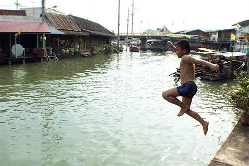 กิจกรรมยอดฮิต ที่เด็กๆชอบทำในช่วง น้ำท่วม