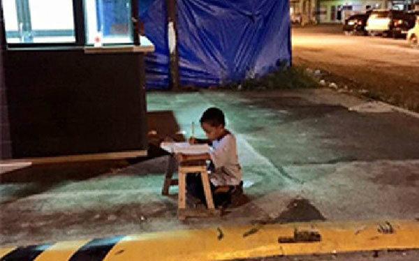 """สุดยอดความใฝ่ดี! เด็กชายไร้บ้าน อาศัย""""แสงไฟร้านฟาสต์ฟู้ด""""นั่ง""""ทำการบ้าน""""!"""