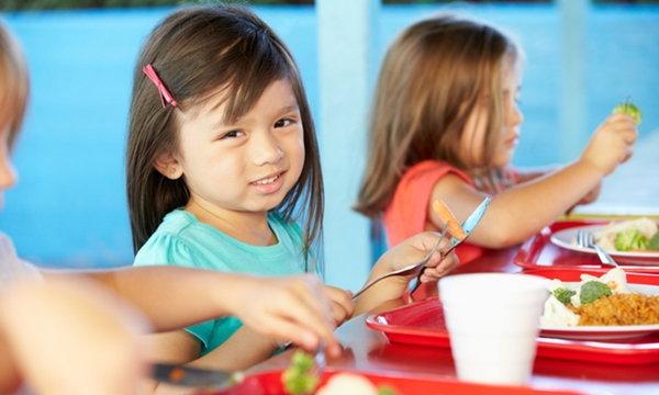 โภชนาการสำหรับเด็กวัยเรียน เด็กในวัยนี้จำเป็นต้องกินเท่าไหร่ถึงจะพอดี