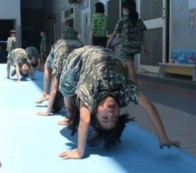 """โรงเรียนอนุบาล """"กองทัพหนูน้อย"""" ฝึกทหารให้เด็กๆ รับความแกร่ง เพราะสังคมมันโหด..."""