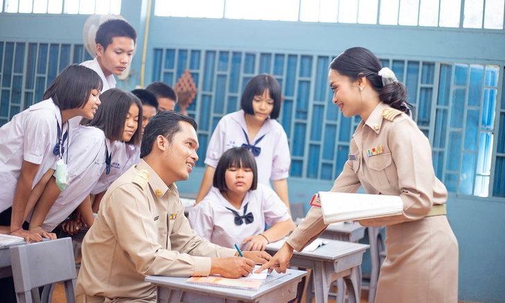 รูปพรีเวดดิ้งในโรงเรียน คู่รักคุณครูสุดสร้างสรรค์ เก็บภาพความทรงจำในโรงเรียน