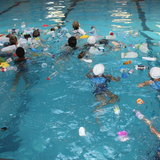 ว่ายน้ำในสระที่เต็มไปด้วยขยะพลาสติก