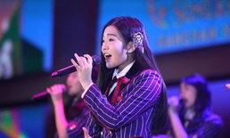 """ลูกพี่ """"เจนนิษฐ์ BNK48"""" สวมบทคุณครูสุดเนี้ยบ ตรวจคำผิดให้แก่ BNK48 รุ่น 2"""