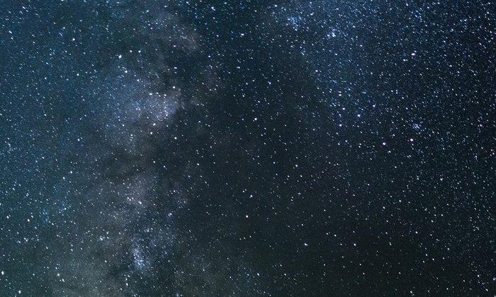 ทั้งที่บนฟ้ามีดาวฤกษ์มากมายนับไม่ถ้วน ทำไมตอนกลางคืนถึงมืดมิด?