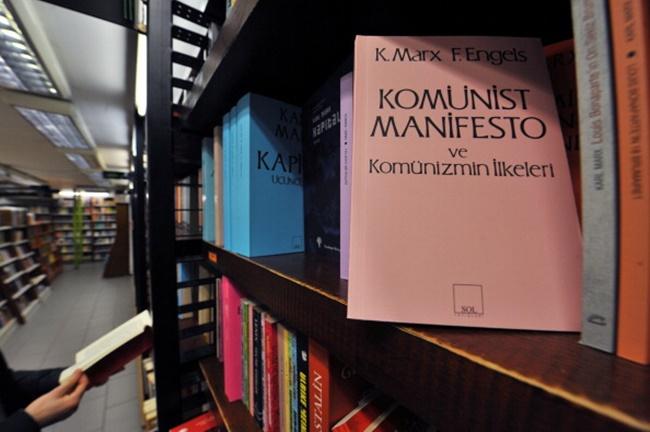 หนังสือแถลงการณ์พรรคคอมมิวนิสต์ เขียนโดยคาร์ล มาร์กซ์ และฟรีดริช เองเกิลส์