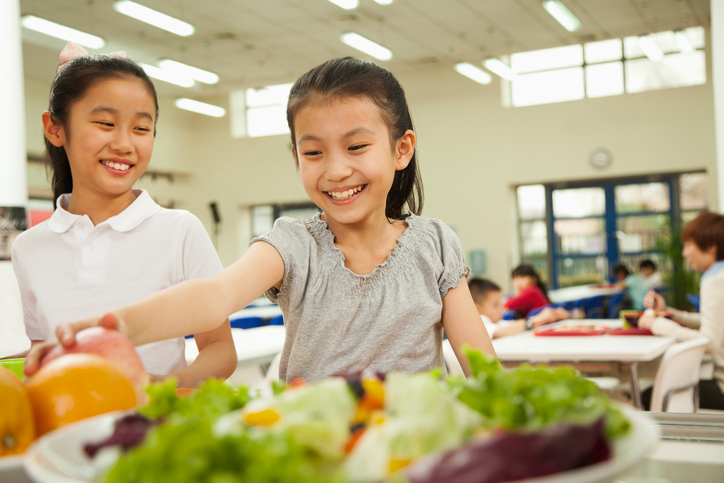istock-460901359ชนิดอาหารที่ควรเลือกให้เด็กวัยเรียนรับประทาน